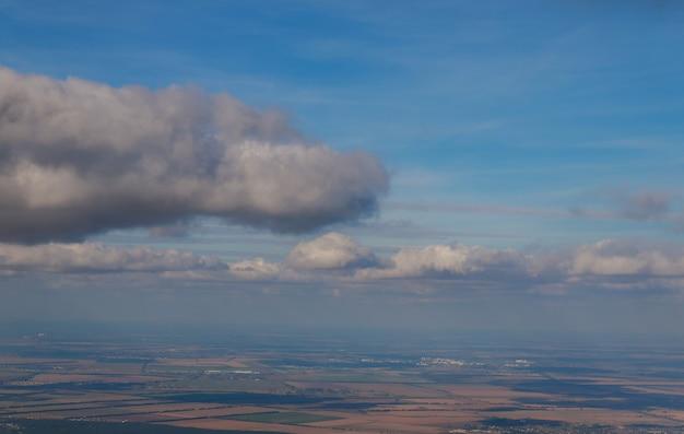 Une vue de la fenêtre de l'avion volant à grande hauteur