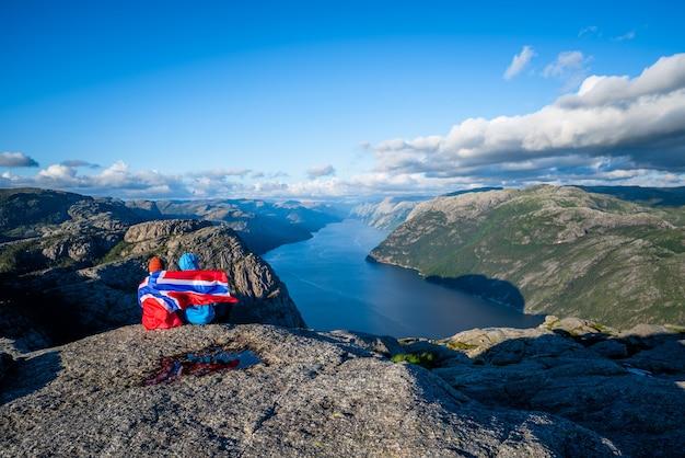 Vue sur le fjord du lysefjord depuis le sentier preikestolen, norvège