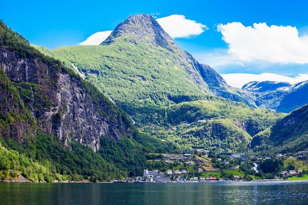 Vue sur le fjord par une journée ensoleillée