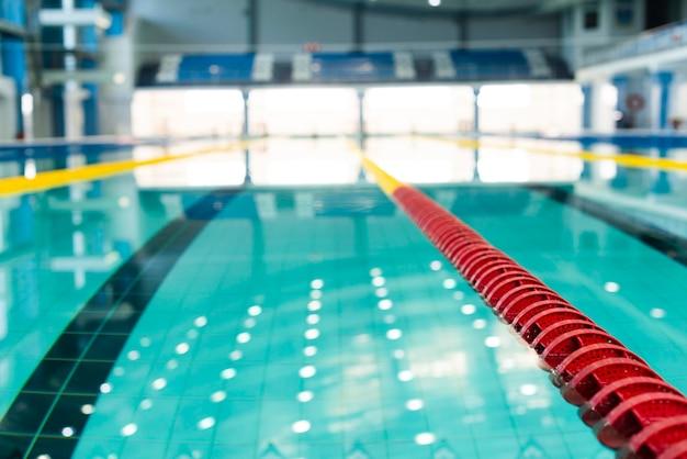 Vue floue à angle élevé sur la piscine au bassin