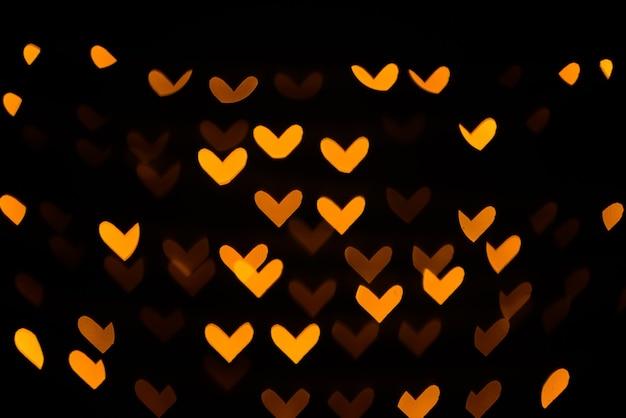 Vue floue de belles lumières dans l'obscurité