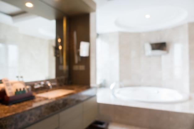 Vue floue d'une salle de bains bien rangé