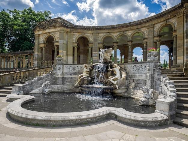 Vue de la fontaine de la nymphe au bord du lac au château de hever