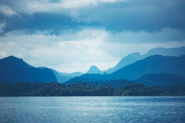 Vue, de, forêt tropicale, à, lac, thaïlande