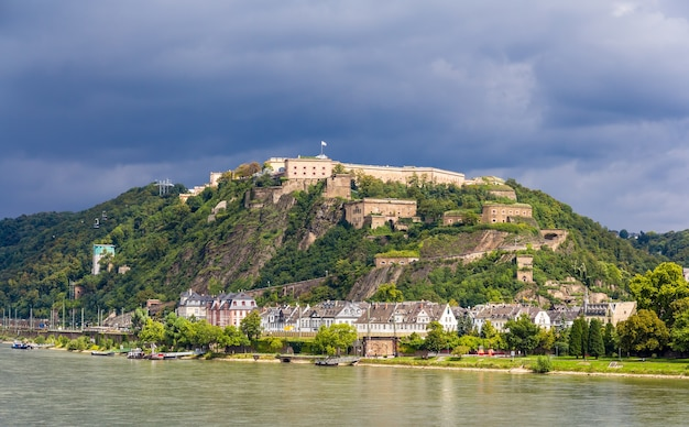 Vue de la forteresse ehrenbreitstein à coblence, allemagne