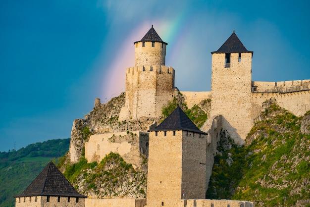 Vue sur la forteresse médiévale de golubac en serbie avec un arc-en-ciel derrière