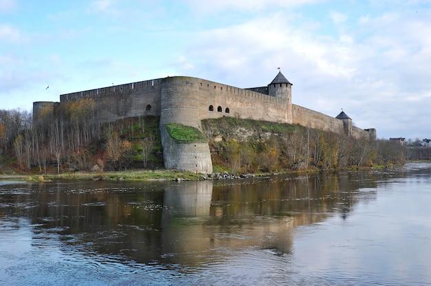 Vue de la forteresse sur la rivière narva à ivangorod