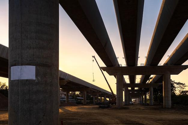 Vue fragmentée de la route en reconstruction au coucher du soleil.