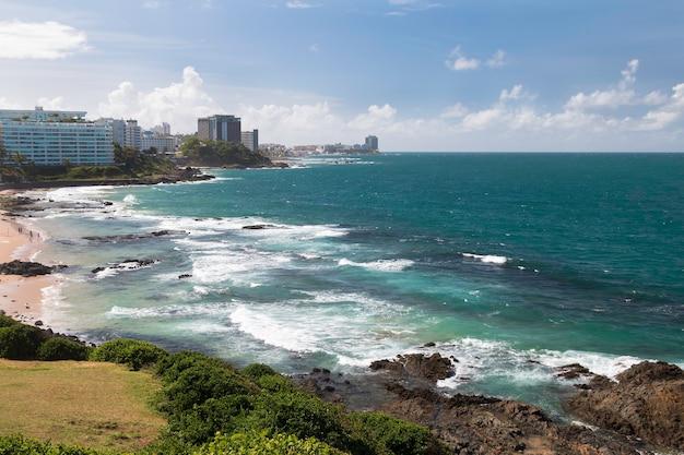 Vue sur le front de mer de la ville de salvador bahia au brésil.