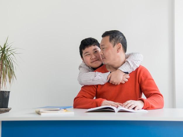 Vue frontale, asiatique, père fils, étreindre