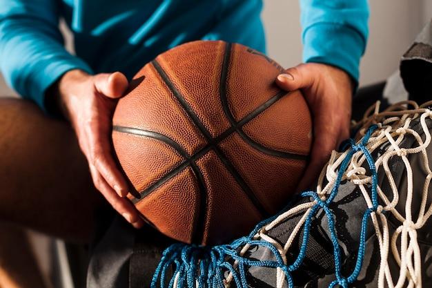 Vue frontale, de, basket-ball, dessus, filet, tenu, par, homme, porter, capuche