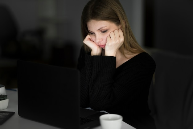 Vue frontale, de, belle femme, travailler bureau