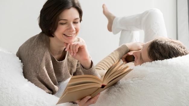 Vue frontale, de, charmant couple, lecture