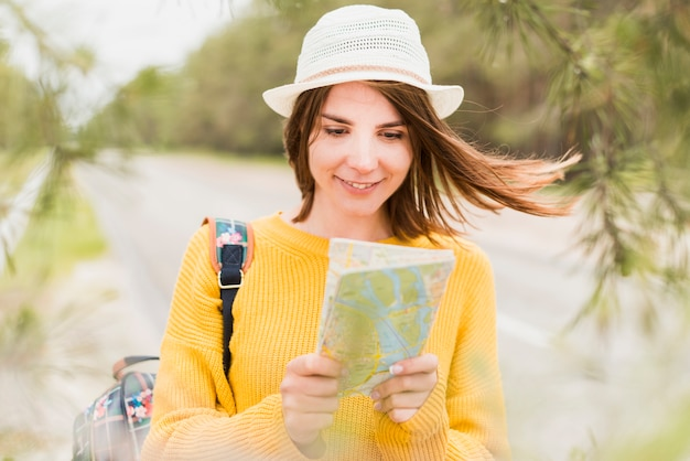 Vue frontale, de, charmant, femme voyage