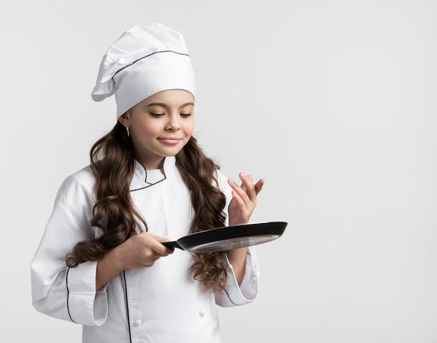 Vue frontale, cheveux bouclés, jeune fille, tenue, casserole cuisine