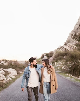 Vue frontale, couple, marche, route