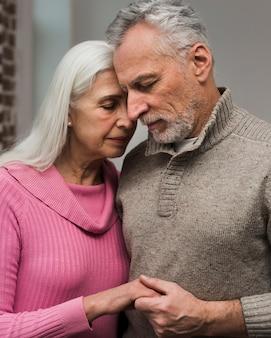 Vue frontale, couples aînés, tenant mains