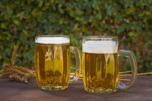 Vue frontale, deux pintes, sur, table, à, bière mousse