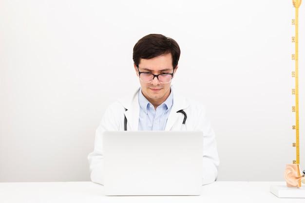 Vue frontale, docteur, travailler, sur, a, ordinateur portable