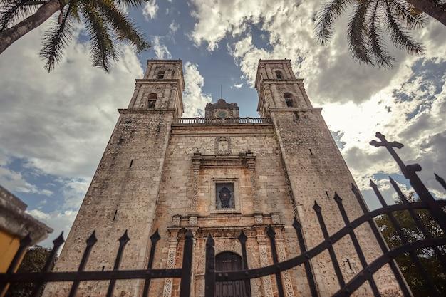 Vue frontale de l'église de san servasio sur la place principale de valladolid au mexique.