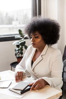 Vue frontale, de, femme affaires, bureau