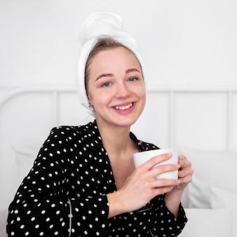 Vue frontale, de, femme, apprécier, café