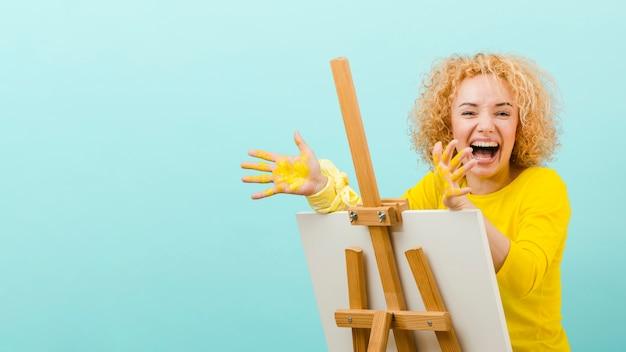 Vue frontale, de, femme blonde, peinture