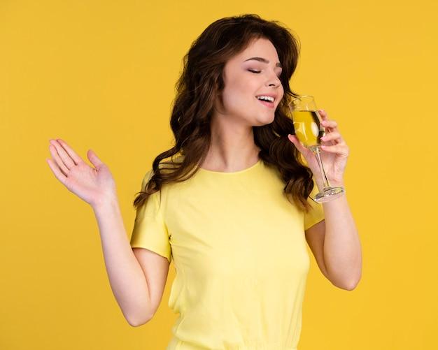 Vue frontale, de, femme buvant champagne
