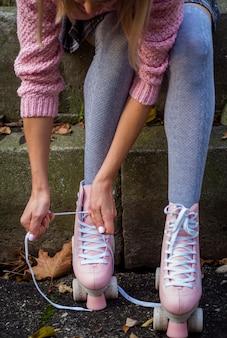 Vue frontale, de, femme, dans, chaussettes, et, patins a roulettes