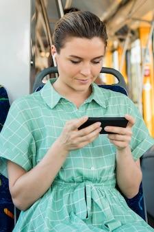 Vue frontale, de, femme, dans, transport public