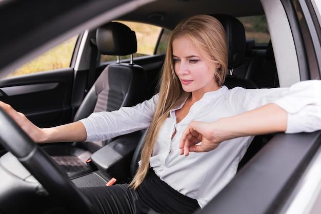 Vue frontale, de, femme détendue, dans voiture