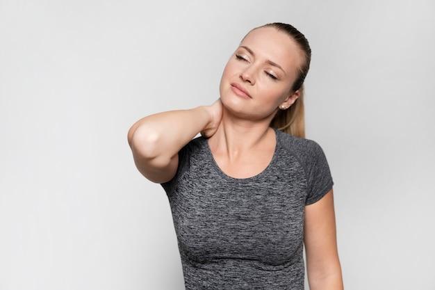 Vue frontale, de, femme, à, douleur cou