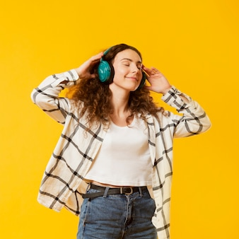 Vue frontale, de, femme, écoute, musique