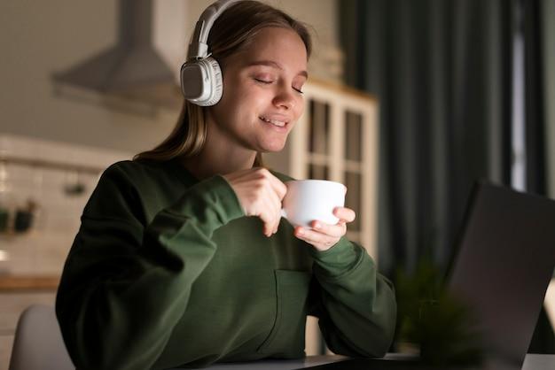 Vue frontale, de, femme, à, écouteurs
