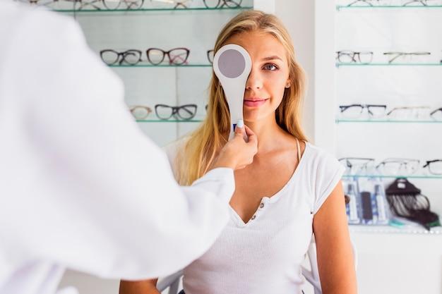 Vue frontale, de, femme, à, examen oculaire