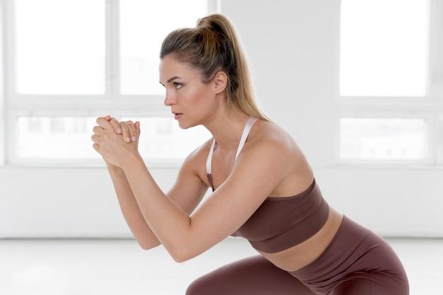 Vue frontale, de, femme, faire, exercices