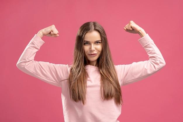 Vue frontale, de, femme forte, fléchir, elle, biceps