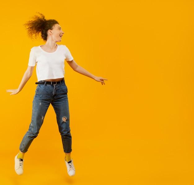 Vue frontale, de, femme heureuse, sauter