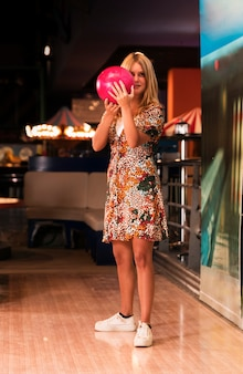 Vue frontale, femme jouant, bowling