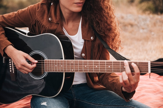 Vue frontale, femme, jouer, guitare
