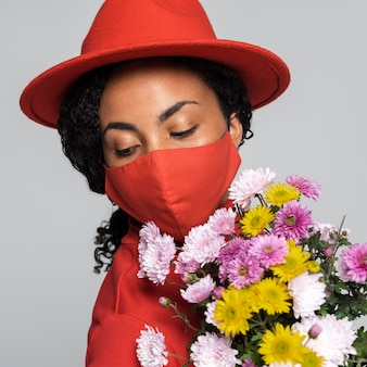 Vue frontale, de, femme, à, masque, et, chapeau