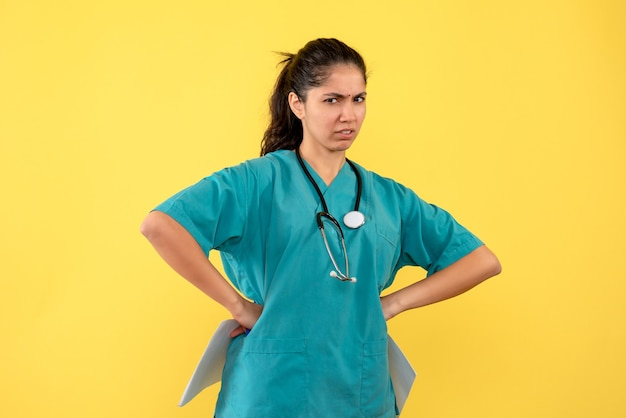 Vue frontale, femme médecin, à, documents, mettre mains