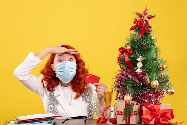Vue frontale, femme médecin, tenue, carte bancaire