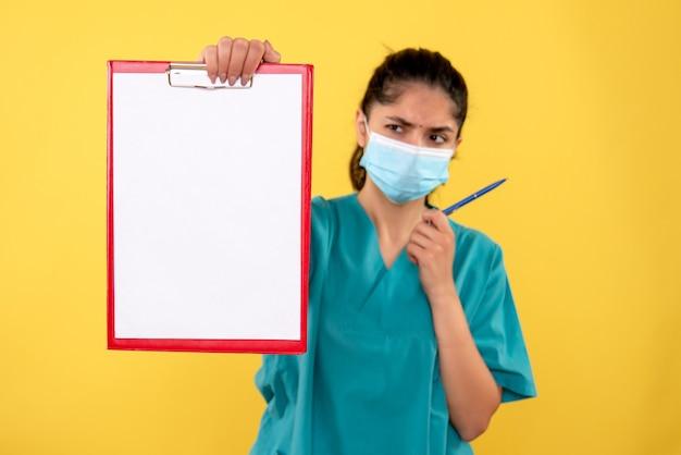 Vue frontale, femme médecin, tenue, presse-papiers