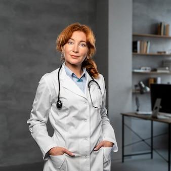 Vue frontale, de, femme médecin