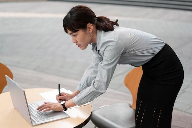 Vue frontale, de, femme, à, ordinateur portable, table