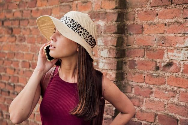 Vue frontale, de, femme, parler, téléphone