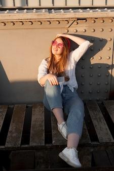 Vue frontale, de, femme, poser, dans soleil