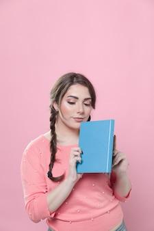 Vue frontale, de, femme, poser, à, livre, et, espace copie