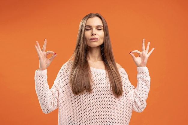 Vue frontale, de, femme, poser, zen